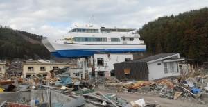 建物の上に遊覧船が乗っている、大槌町沿岸