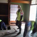 家屋清掃に励む富士大準硬式野球部員