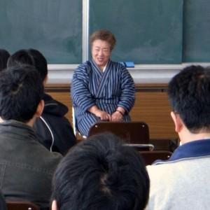 会議室に集まった個人ボランティアを前に昔話を披露する海野さん
