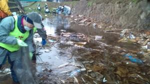 川の中での回収作業