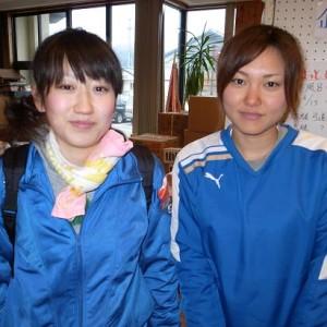 岩崎真奈美さん(右)と作業中に友達になった佐々木理沙さん