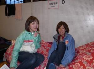 体育館の女性専用スペースで東京から来た市毛史歩子(右)さんと記念写真