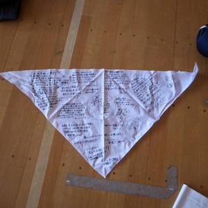 妻の同僚から託された三角巾の寄せ書き