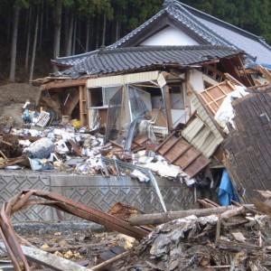 津波が押し寄せ、水産物がばらまかれた上長部地区