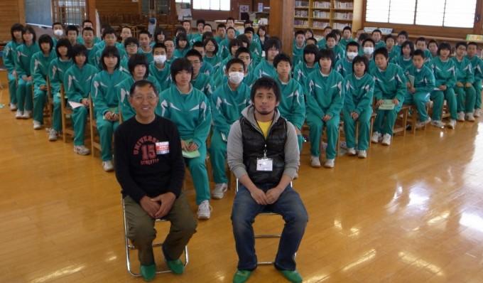 青笹中で講演した臼澤館長(前列左)と事務局の吉田氏(同右)