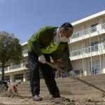 グラウンドを埋めた泥を除去する