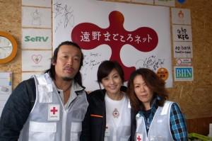 まごころネットのロゴの前で微笑む武蔵さん、藤原紀香さん、大黒摩季さん