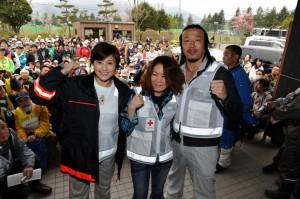 ボランティアをバックにポーズをとるサプライズゲストの3人(左から藤原さん、大黒さん、武蔵さん)