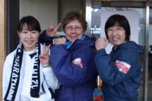 明るくポーズをとる郡美矢さん(右)とナンシーさん(中央)。左はまごころネットの手話通訳ボランティアの奥園美恵子さん