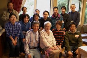 柳田國男ファンのボランティアとの記念写真に応じる冨美子さん