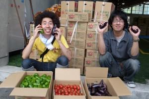 故郷から届いた新鮮な野菜を前に大喜びの森さん(左)