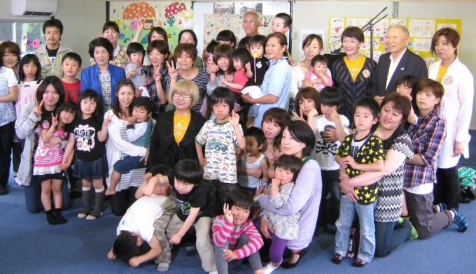 秦さんらと一緒に記念写真におさまる親子と先生