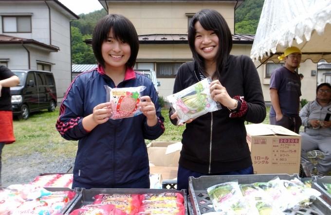 自分たちが考案したパンを手に笑顔の朝比奈さん(左)と内野さん