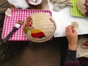 和紙を貼ったあと、着物から取った布を貼っているところ