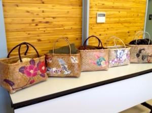 福島のお母さんたちが普段つかっている一閑張りのバッグを参考に