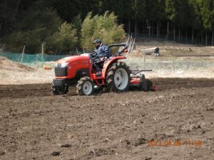 畑は先日デビューしたトラクターが耕していきます。