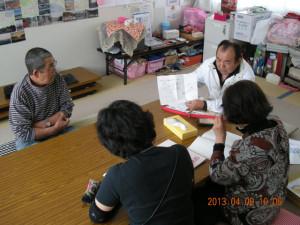 臼澤康弘さん(左端)