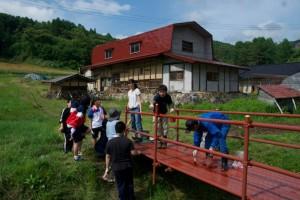 米通山の神へ通じる橋の塗装作業